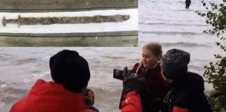 devojka pronašla mač u jezeru