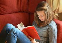 devojka čita knjigu