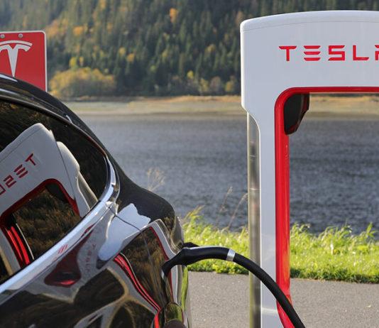 Tesla automobil na punjenju