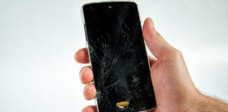 mobilni telefon sa polomljenim ekranom