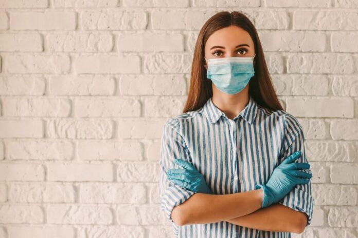 Žena sa maskom i rukavicama
